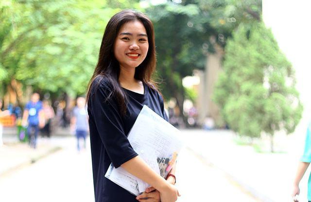 Nguyễn Trần Phương Thảo – cựu hoa khôi THPT Việt Đức rạng rỡ, tự tin trước khi vào phòng thi. Cô dự thi vào khoa Phát thanh Truyền hình của Học viện.